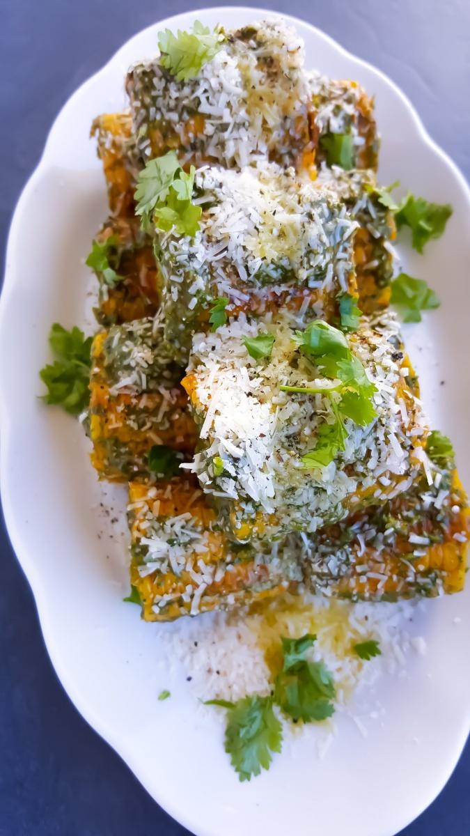 Grillade majskolvar med färska örter, chili och parmesan, 15 min